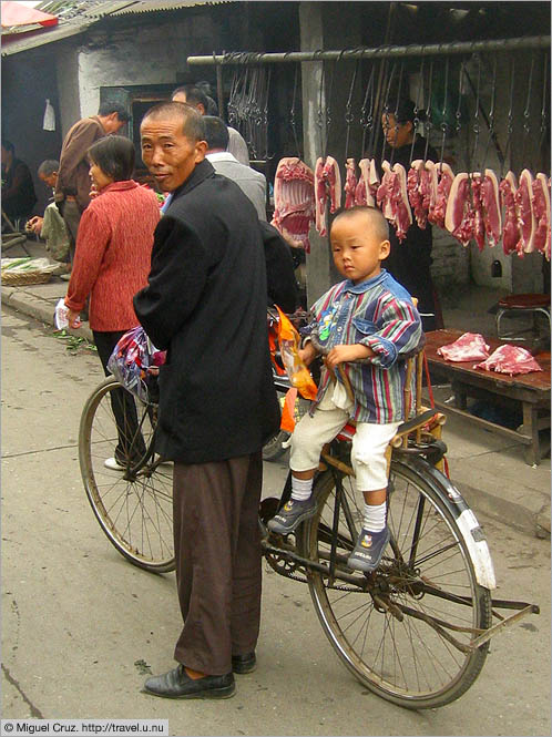China: Sichuan Province: Shopping with grandpa
