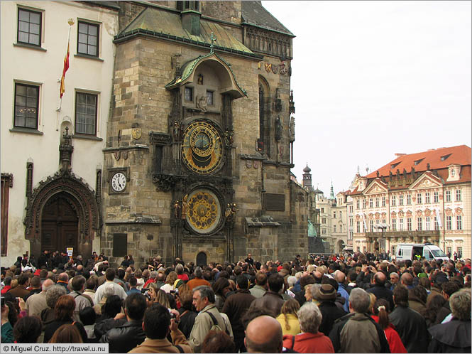 Czech Republic: Prague: Waiting for the clock to chime