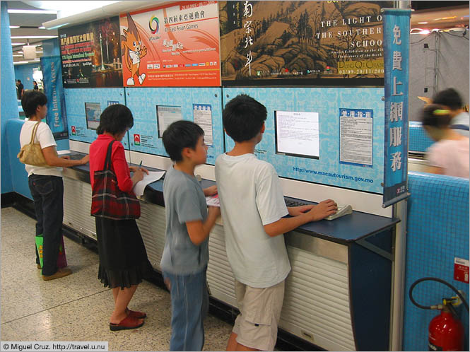 Hong Kong: Kowloon: Internet in the metro station