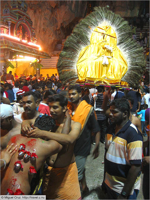 Malaysia: Thaipusam in KL: Frenetic activity inside the caves