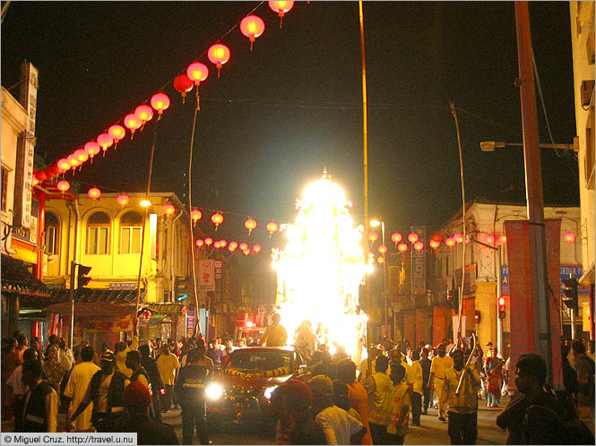 Malaysia: Thaipusam in KL: The chariot passes through Chinatown