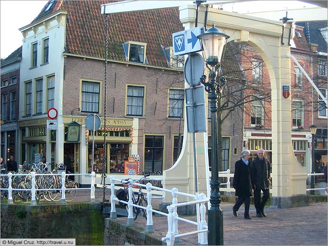 Netherlands: Alkmaar: Tiny drawbridge