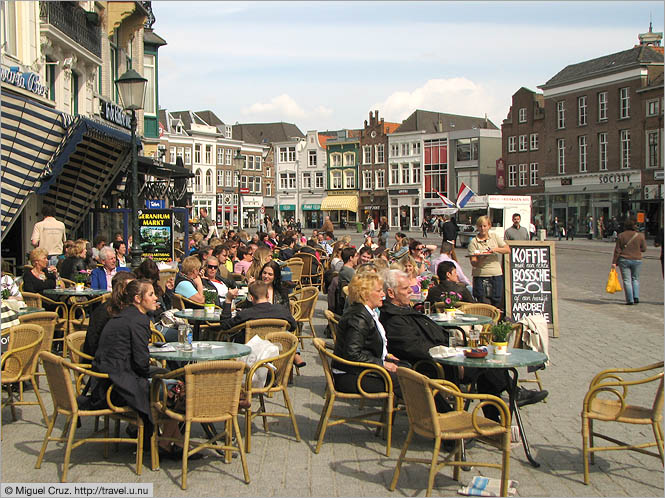 Netherlands: Den Bosch: Enjoying the sun on the market square